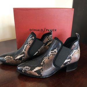 Donald/Pliner navy/multi painted snake size 6